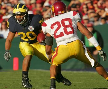 PASADENA, CA - JANUARY 01:  Mike Hart #20 of the Michigan Wolverines carries the ball against Terrell Thomas #28 of the USC Trojans during the first quarter the game on January 1, 2007 at the Rose Bowl in Pasadena, California.  (Photo by Stephen Dunn/Gett