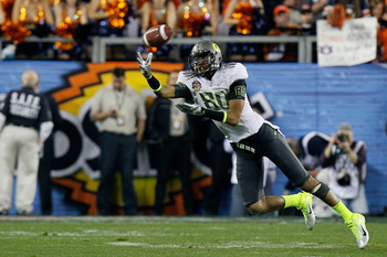 GLENDALE, AZ - JANUARY 10:  Lavasier Tuinei #80 of the Oregon Ducks reaches for a catch against the Auburn Tigers during the Tostitos BCS National Championship Game at University of Phoenix Stadium on January 10, 2011 in Glendale, Arizona.  (Photo by Kevi
