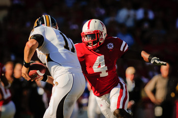 LINCOLN, NE - OCTOBER 30: Linebacker Lavonte David #4 tof the Nebraska Cornhuskers takes aim at quarterback Blaine Gabbert #11 of the Missouri Tigers during first half action of their game at Memorial Stadium on October 30, 2010 in Lincoln, Nebraska. Nebr