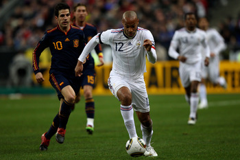 PARIS -FRANCE- MARCH 03:  Thierry Henry (c) of France races away from Cesc Fabregas (l) during the France v Spain International Friendly match at the Stade de France on March 3, 2010 in Paris, France.  (Photo by Michael Steele/Getty Images)