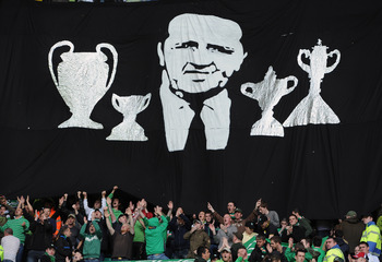 GLASGOW, SCOTLAND - SEPTEMBER 11:  Celtic fans hold a minute's applause prior to the Clydesdale Bank Premier League match between Celtic and Hearts to mark the 25th anniversary of Jock Stein's death at Celtic Park on September 11, 2010 in Glasgow, Scotlan