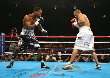 NEW YORK - NOVEMBER 10:  Shane Mosley and Miguel Cotto look to exchange punches during their WBA Welterweight title fight against Miguel Cotto at Madison Square Garden on November 10, 2007 in New York City, New York. (Photo by Al Bello/Getty Images)