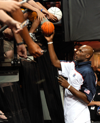 LAS VEGAS - JULY 24:  Lamar Odom #14 of the 2010 USA Basketball Men's National Team signs autographs for fans before a USA Basketball showcase at the Thomas & Mack Center July 24, 2010 in Las Vegas, Nevada.  (Photo by Ethan Miller/Getty Images)