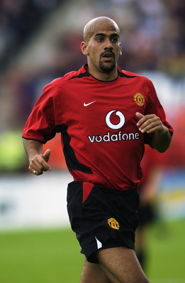 DUBLIN - JULY 20:  Juan Sebastien Veron of Manchester United in action during the pre season friendly match against Shelbourne played at Tolka Park, Dublin, Ireland on July 20, 2002. (Photo by Clive Brunskill/Getty Images)
