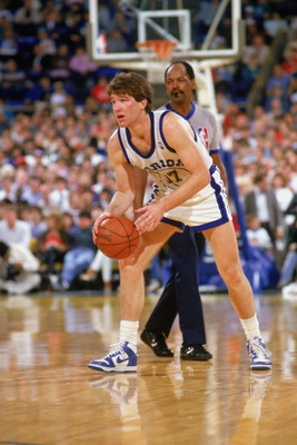 1987:  Chris Mullin #17 of the Golden State Warriors dribbles during an NBA game in the 1987-88 season. NOTE TO USER: User expressly acknowledges and agrees that, by downloading and/or using this Photograph, User is consenting to the terms and conditions