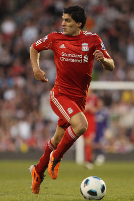 LONDON, ENGLAND - MAY 09:  Luis Suarez of Liverpool on the ball during the Barclays Premier League match between Fulham and Liverpool at Craven Cottage on May 9, 2011 in London, England.  (Photo by Scott Heavey/Getty Images)