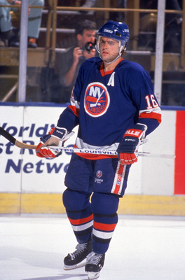 INGLEWOOD, CA - 1989:  Pat Lafontaine #16 of the New York Islanders on the ice during a game in the 1989-1990 NHL season against the Los Angeles Kings at the Great Western Forum in Inglewood, California.  (Photo by Mike Powell/Getty Images)