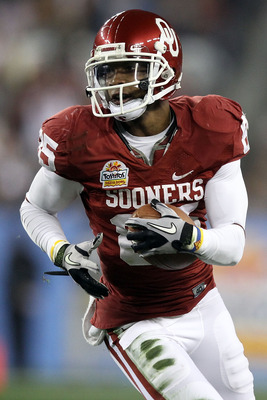 GLENDALE, AZ - JANUARY 01:  Ryan Broyles #85 of the Oklahoma Sooners runs after a catch against the Connecticut Huskies during the Tostitos Fiesta Bowl at the Universtity of Phoenix Stadium on January 1, 2011 in Glendale, Arizona.  (Photo by Christian Pet