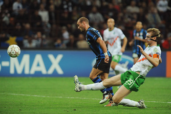 MILAN, ITALY - SEPTEMBER 29:  Wesley Sneijder of FC Internazionale Milano scores his goal during the UEFA Champions League group A match between FC Internazionale Milano and SV Werder Bremen at Stadio Giuseppe Meazza on September 29, 2010 in Milan, Italy.