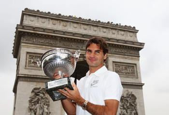 PARIS - JUNE 08:  Roger Federer of Switzerland poses with his French Open winners trophy at the Arc de Triomphe on June 8, 2009 in Paris, France.  (Photo by Ryan Pierse/Getty Images)
