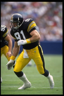 12 SEP 1993:  LINEBACKER KEVIN GREENE OF THE PITTSBURGH STEELERS IN ACTION DURING THE STEELERS 27-0 LOSS TO THE LOS ANGELES RAMS AT ANAHEIM STADIUM IN ANAHEIM, CALIFORNIA.  MANDATORY CREDIT:  STEPHEN DUNN/ALLSPORT