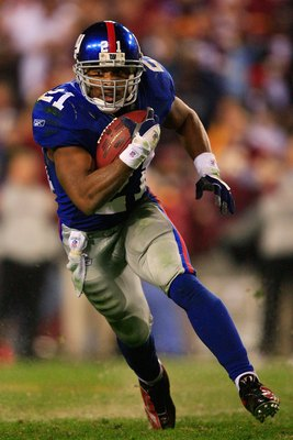 LANDOVER, MD - DECEMBER 30:  Tiki Barber #21 of the New York Giants runs the ball against the Washington Redskins at FedEx Field on December 30, 2006 in Landover, Maryland.  (Photo by Jamie Squire/Getty Images)