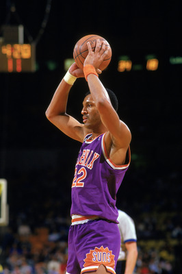 INGLEWOOD, CA - 1988:  Larry Nance #22 of the Phoenix Suns looks to pass against the Los Angeles Lakers during the game at the Great Western Forum in Inglewood, California. (Photo by Mike Powell/Getty Images)