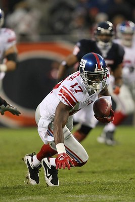 CHICAGO - DECEMBER 2:  Plaxico Burress #17 of the New York Giants carries the ball during the NFL game against the Chicago Bears at Soldier Field on December 2, 2007 in Chicago, Illinois. (Photo by Jonathan Daniel/Getty Images)