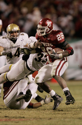 KANSAS CITY, MO - DECEMBER 4:  Adrian Peterson #28 of the University of Oklahoma Sooners carries the ball against the University of Colorado Buffaloes in the Big 12 Championship game on December 4, 2004 at Arrowhead Stadium in Kansas City, Missouri.  Okla
