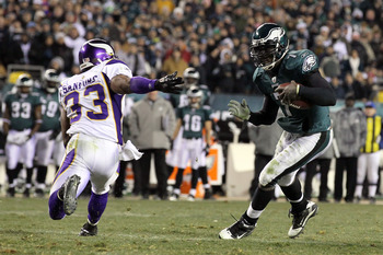 PHILADELPHIA, PA - DECEMBER 28: Michael Vick #7 of the Philadelphia Eagles runs the ball past Jamarca Sanford #33 of the Minnesota Vikings to score a touchdown at Lincoln Financial Field on December 28, 2010 in Philadelphia, Pennsylvania. (Photo by Jim Mc