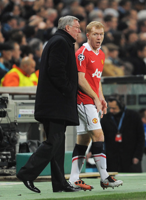 MARSEILLE, FRANCE - FEBRUARY 23: Sir Alex Ferguson, manager of Manchester United talks to Paul Scholes during the UEFA Champions League round of 16 first leg match between Marseille and Manchester United at the Stade Velodrome on February 23, 2011 in Mars