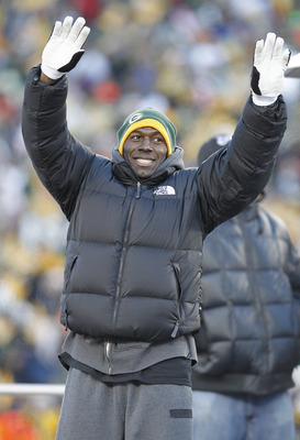 GREEN BAY, WI - FEBRUARY 08:  Green Bay Packers wide receiver Donald Driver waves to the crowd at Lambeau Field during the Packers victory ceremony on February 8, 2011 in Green Bay, Wisconsin.  (Photo by Matt Ludtke/Getty Images)