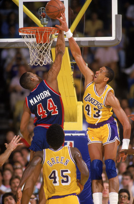 LOS ANGELES - 1987:  Mychal Thompson #43 of the Los Angeles Lakers battles for a rebound with Rick Mahorn #44 of the Detroit Pistons during an NBA game at the Great Western Forum in Los Angeles, California in 1987. (Photo by Rick Stewart/Getty Images)