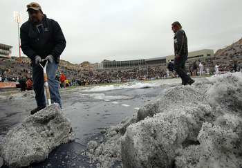 EL PASO, TX - DECEMBER 31:  Workers clean snow off the field before the Hyundai Sun Bowl between the Notre Dame Fighting Irish and the Miami Hurricanes at Sun Bowl on December 31, 2010 in El Paso, Texas.  (Photo by Ronald Martinez/Getty Images)