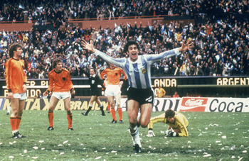 BUENOS AIRES - JUNE 25:  Mario Kempes of Argentina celebrates scoring a goal during the FIFA World Cup Finals 1978 Final between Argentina and Holland held on June 25, 1978 at the River Plate Stadium, in Buenos Aires, Argentina. Argentina won the match an
