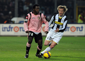 PALERMO, ITALY - FEBRUARY 21:  Fabio Simplicio of Palermo and  Pavel  Nedved of Juventus in action during the Serie A match between Palermo and Juventus at the Stadio Barbera  on February 21, 2009 in Palermo, Italy. (Photo by New Press/Getty Images)