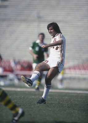 NEW YORK - 1978:  George Best of the LA Aztecs passes the ball during the NASL League match between the New York Cosmos and LA Aztecs held in 1978 in New York, USA. (Photo by Tony Duffy/Getty Images)