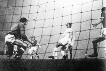 Di Stefano scoring his back-heel against Manchester United