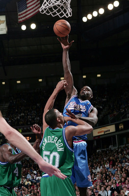 SACRAMENTO, CA - FEBRUARY 11:  Chris Webber #4 of the Sacramento Kings shoots over Alan Henderson #50 of the Dallas Mavericks at Arco Arena on February 11, 2005 in Sacramento, California. The Mavericks defeated the Kings 115-113.  NOTE TO USER: User expre