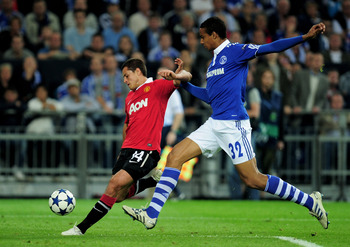 GELSENKIRCHEN, GERMANY - APRIL 26:  Joel Matip of Schalke competes with Javier Hernandez of Manchester United during the UEFA Champions League Semi Final first leg match between FC Schalke 04 and Manchester United at Veltins Arena on April 26, 2011 in Gel
