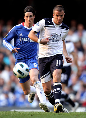 LONDON, ENGLAND - APRIL 30:  Rafael van der Vaart of Spurs pases the ball as Fernando Torres of Chelsea closes in during the Barclays Premier League match between Chelsea and Tottenham Hotspur at Stamford Bridge on April 30, 2011 in London, England.  (Pho