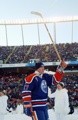 EDMONTON, CANADA - NOVEMBER 22:  Forward Jari Kurri #17 of the Edmonton Oilers acknowledges the fans as he skates into the rink to take on the Montreal Canadiens during the Molson Canadien Heritage Classic on November 22, 2003 at Commonwealth Stadium in E
