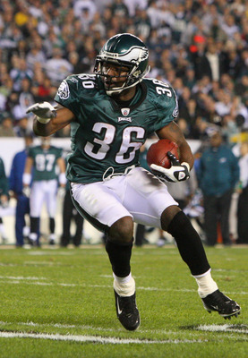 PHILADELPHIA - DECEMBER 15:  Brian Westbrook #36 of the Philadelphia Eagles runs with the ball against the Cleveland Browns on December 15, 2008 at Lincoln Financial Field in Philadelphia, Pennsylvania.  (Photo by Jim McIsaac/Getty Images)