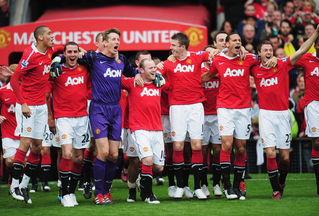 MANCHESTER, ENGLAND - MAY 22:  Manchester United players celebrate after the Barclays Premier League match between Manchester United and Blackpool at Old Trafford on May 22, 2011 in Manchester, England. Manchester United celebrate a record 19th league cha