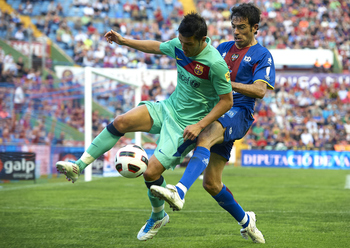 VALENCIA, SPAIN - MAY 11:  David Villa (L) of Barcelona is tackled by Javi Venta of Levante during the La Liga match between Levante UD and Barcelona at Ciutat de Valencia on May 11, 2011 in Valencia, Spain. The match ended 1-1.  (Photo by Manuel Queimade