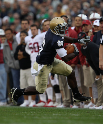 SOUTH BEND, IN - SEPTEMBER 25: Theo Riddick #6 of the Notre Dame Fighting Irish runs against the Stanford Cardinal at Notre Dame Stadium on September 25, 2010 in South Bend, Indiana. Stanford defeated Notre Dame 37-14. (Photo by Jonathan Daniel/Getty Imag