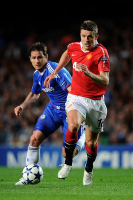 LONDON, ENGLAND - APRIL 06:  Michael Carrick of Manchester United is pursued by Frank Lampard of Chelsea during the UEFA Champions League quarter final first leg match between Chelsea and Manchester United at Stamford Bridge on April 6, 2011 in London, En
