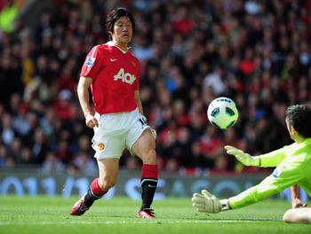 MANCHESTER, ENGLAND - MAY 22:  Park Ji-Sung of Manchester United beats Matthew Gilks of Blackpool to scores their first goal during the Barclays Premier League match between Manchester United and Blackpool at Old Trafford on May 22, 2011 in Manchester, En