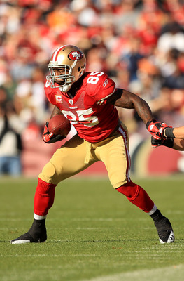 SAN FRANCISCO - NOVEMBER 21:  Vernon Davis #85 of the San Francisco 49ers in action against the Tampa Bay Buccaneers at Candlestick Park on November 21, 2010 in San Francisco, California.  (Photo by Ezra Shaw/Getty Images)