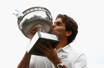 Roger Federer with the 2009 French Open trophy.