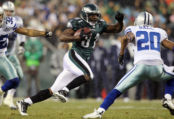 PHILADELPHIA, PA - JANUARY 02:  Jason Avant #81 of the Philadelphia Eagles runs a reception against Alan Ball #20 of the Dallas Cowboys on January 2, 2011 at Lincoln Financial Field in Philadelphia, Pennsylvania.  (Photo by Jim McIsaac/Getty Images)