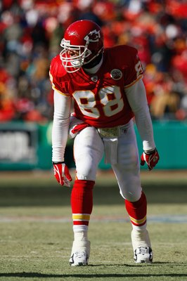KANSAS CITY, MO - DECEMBER 21:  Tony Gonzalez #88 of the Kansas City Chiefs lines up for a play during the game against the Miami Dolphins on December 21, 2008 at Arrowhead Stadium in Kansas City, Missouri. (Photo by Jamie Squire/Getty Images)