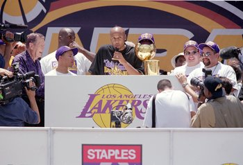 Brian Shaw speaks at the Lakers' championship parade in 2001.