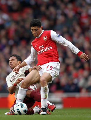LONDON, ENGLAND - MARCH 05:  Neves Denilson of Arsenal is challenged by Kieran Richardson of Sunderland during the Barclays Premier League match between Arsenal and Sunderland at Emirates Stadium on March 5, 2011 in London, England.  (Photo by Paul Gilham