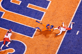 BOISE, ID - NOVEMBER 19:  Austin Pettis #2 of the Boise State Broncos makes a sliding catch for a touchdown past L.J. Jones #4 of the Fresno State Bulldogs at Bronco Stadium on November 19, 2010 in Boise, Idaho.  (Photo by Otto Kitsinger III/Getty Images)