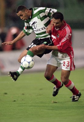 6 May 2000:  Abdelilah Saber of Sporting Lisbon beats Ricardo Rojas of Benfica to the ball  during the Portuguese 1 Liga match at Jose de Alvalade, Lisbon, Portugal. Benfica won 1-0. \ Photo by Nuno Correia  \ Mandatory Credit: Allsport UK /Allsport