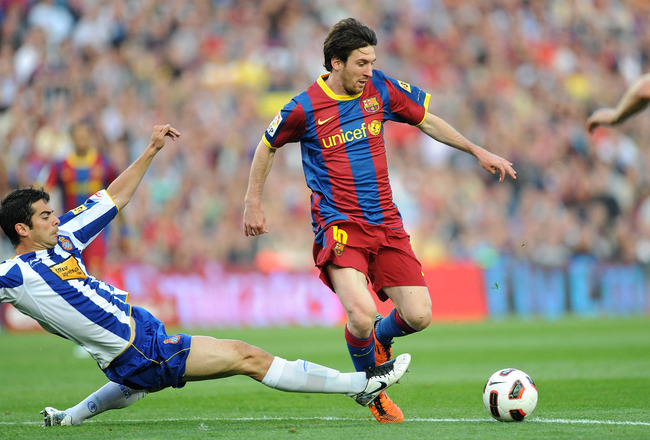 BARCELONA, SPAIN - MAY 08: Leo Messi (R) of Barcelona eludes Raul of Espanyol during the La Liga match between Barcelona and Espanyol at Nou Camp on May 8, 2011 in Barcelona, Spain.  (Photo by Denis Doyle/Getty Images)