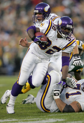 GREEN BAY, WI - NOVEMBER 14: Onterrio Smith #32 of the Minnesota Vikings runs the ball during a game against the Green Bay Packers at Lambeau Field on November 14, 2004 in Green Bay, Wisconsin. (Photo by Jonathan Daniel/Getty Images)