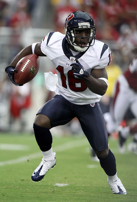 GLENDALE, AZ - AUGUST 14:  Wide receiver Trindon Holliday #16 of the Houston Texans returns a kick off against the Arizona Cardinals during preseason NFL game at the University of Phoenix Stadium on August 14, 2010 in Glendale, Arizona.  (Photo by Christi
