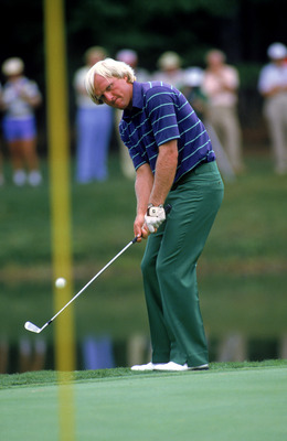 1984:  Greg Norman chips the ball during a 1984 PGA game.  (Photo by David Cannon/Getty Images)
